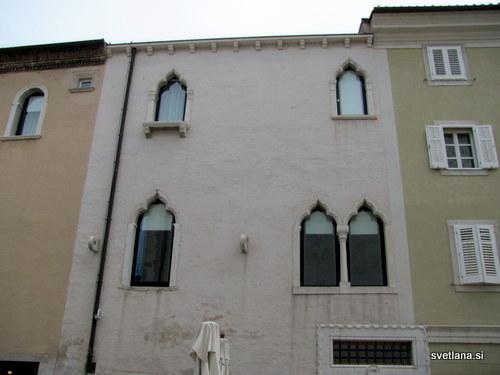 Manzolijeva palača v beneškem slogu, nosi letnico 1470