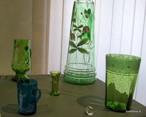 Vrči in kozarci iz barvnega stekla, s poslikavo so iz konca 19. in začetek 20. stoletja. Razstava v palači Manzioli