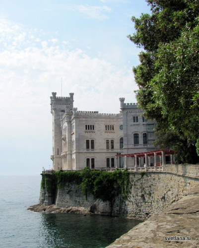 Grad Miramare. Pogled, ki se odpre ob vstopu na kompleks gradu
