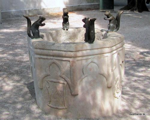 Vodnjak z vevericami