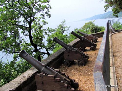 Grad Miramare so nekoč varovali tudi s topovi