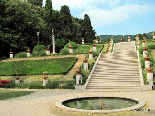Urejen park ob gradu Miramare se razprostira na 22 hektarjih navožene zemlje