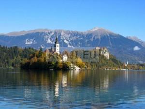 Slovenija - Blejsko jezero z otočkom in gradom v ozadju